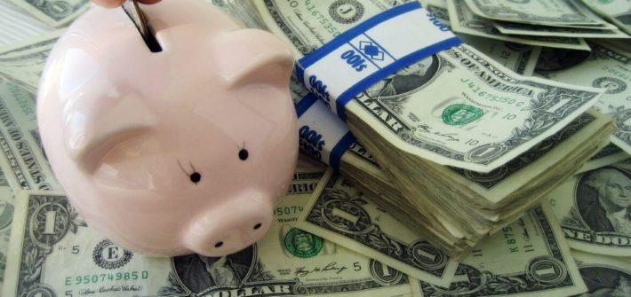 Cofrinho e notas de dinheiro