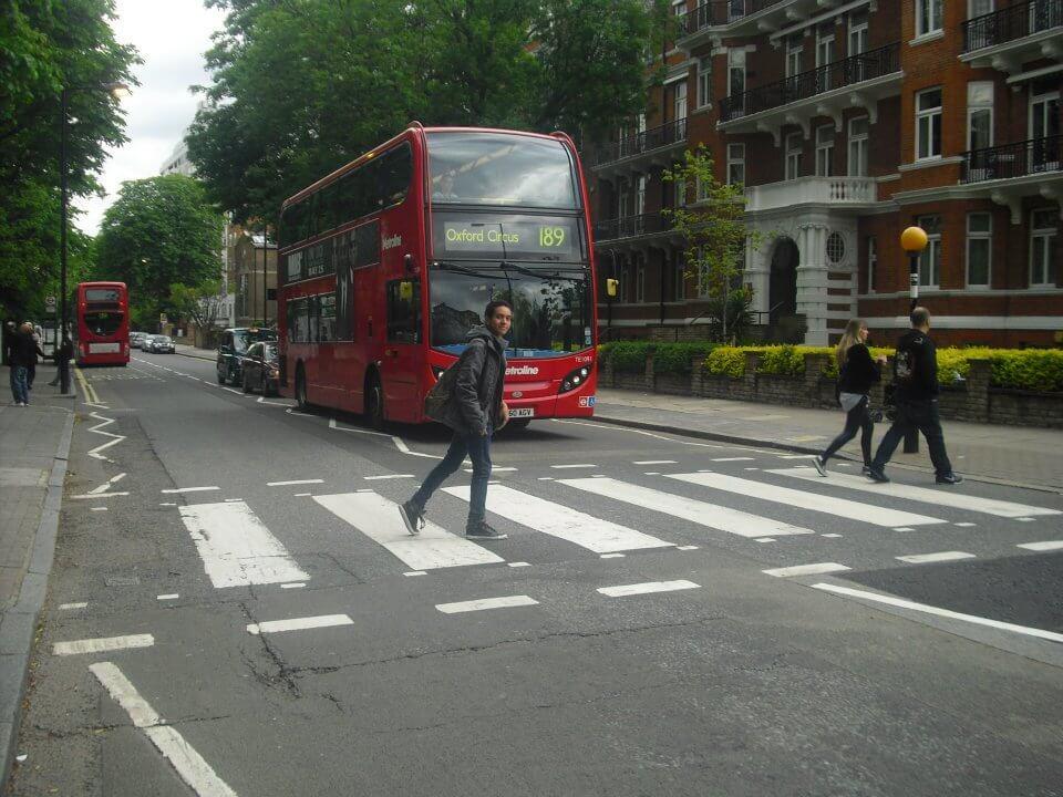 Tom atravessando a Abbey Road