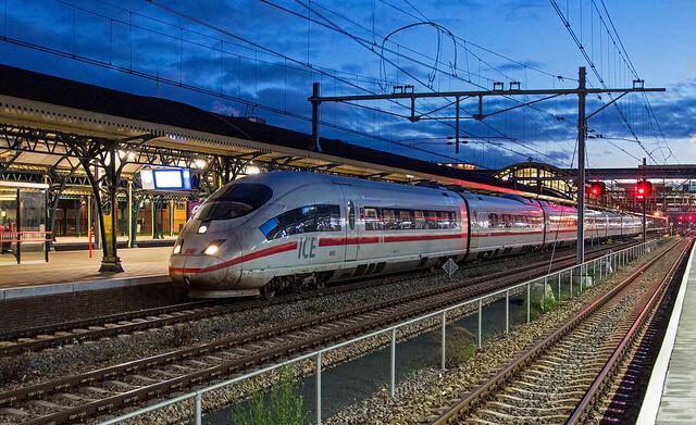 Trem em plataforma na Europa